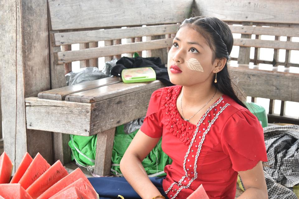 在烏本橋上來回要走一個小時,經過中間的休息涼亭,坐下來欣賞湖面景色。旁邊坐了一位十七八歲的女孩在賣西瓜,樣子甜美,臉上印了樹葉花紋的特納卡,十分別緻。