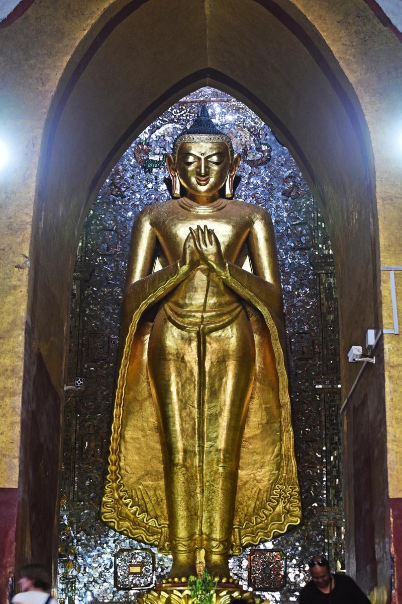 面北的拘留孫佛,同樣保持了原有的技術,從遠處看,佛像正在微笑。