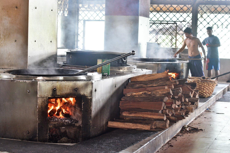 燒木柴的灶台上,幾口大鍋正在煮著當日的午餐。