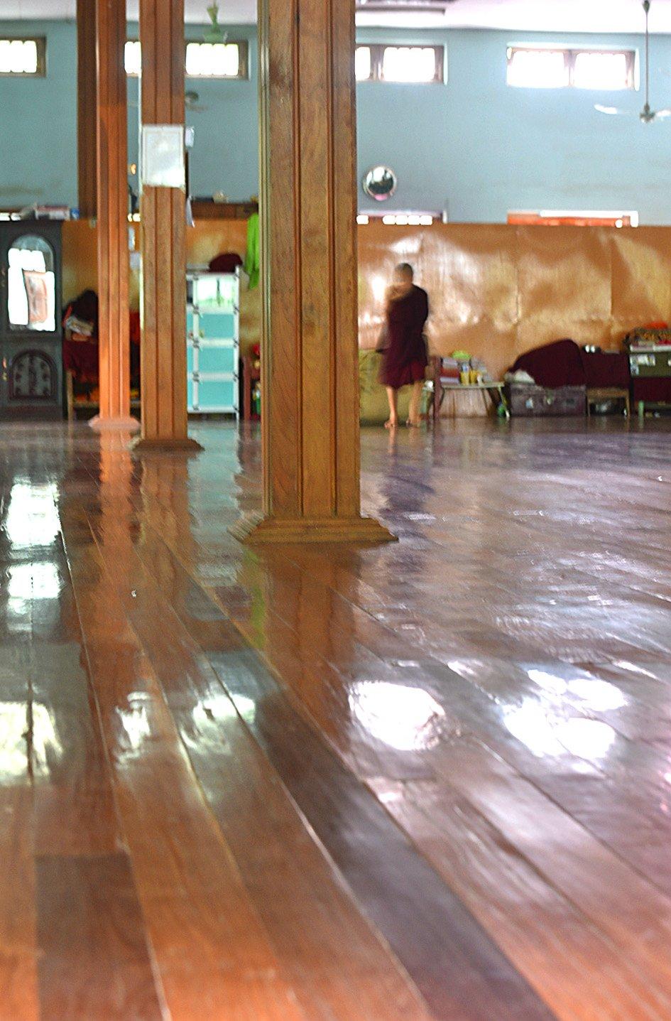 這裏是其中一個可容納上百僧人睡眠休息的大殿。