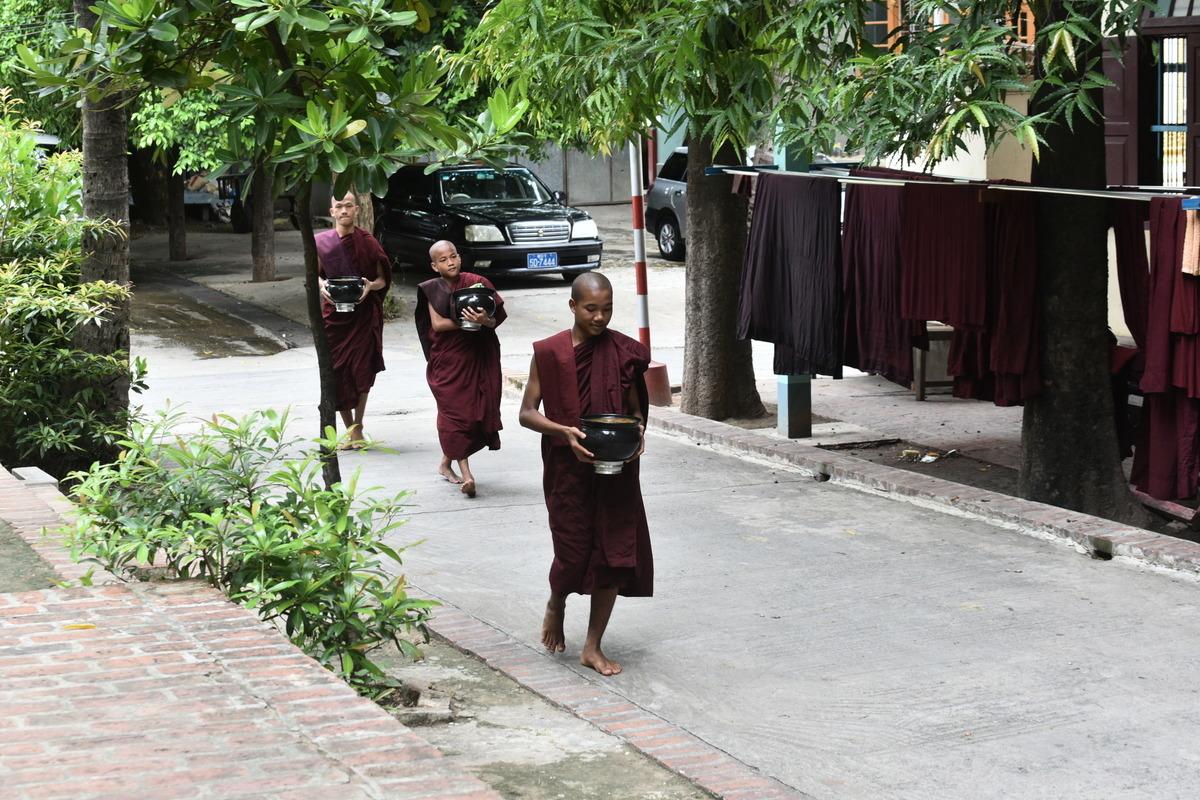 掛滿袈裟的修道院,僧人們三三兩兩地走著。