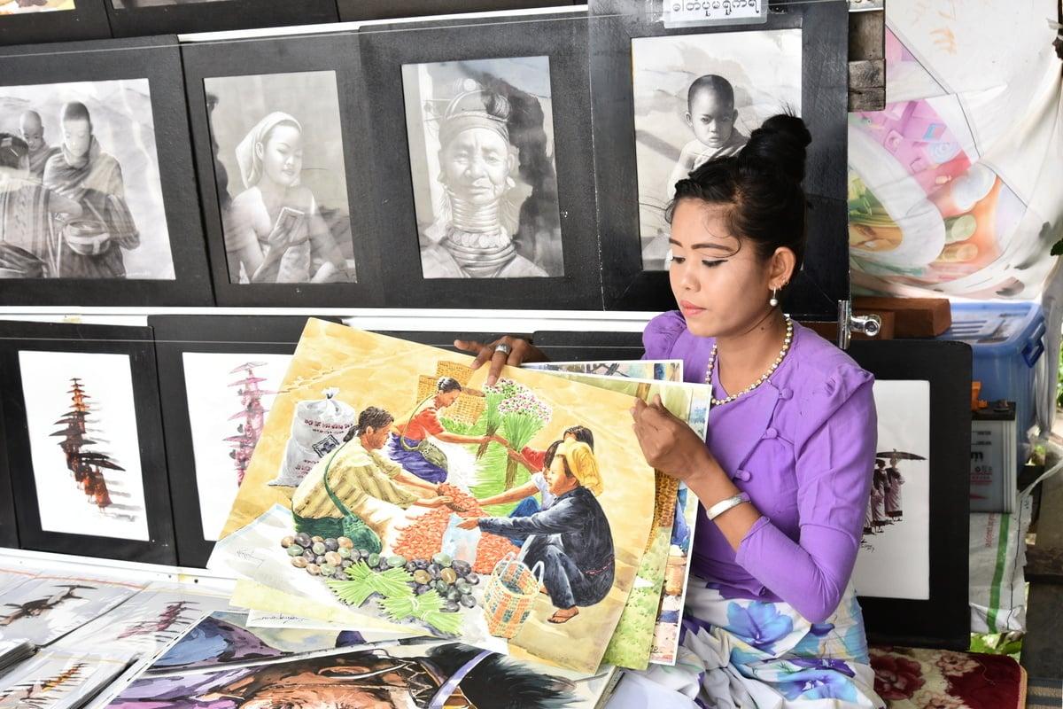 烏本橋上靠賣畫維生的女孩,作品不俗,從素描到水彩,從人物特寫到創作,看得出有相當的功力。