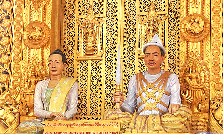 在曼德勒皇宮的大殿上,供奉著敏東王(King Mindon)及皇后的塑像。