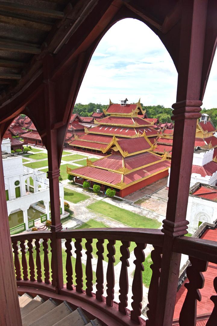 整個皇宮建築群並不完全參照紫禁城。這個通往瞭望塔頂部的階梯,看起來頗具歐式建築風格。