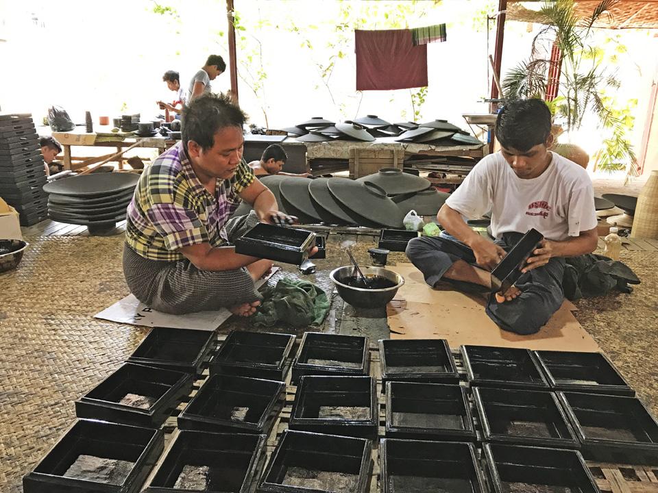 全天然材料的漆釉,工廠內無化工原料刺鼻味,工人用手直接塗在器皿上。