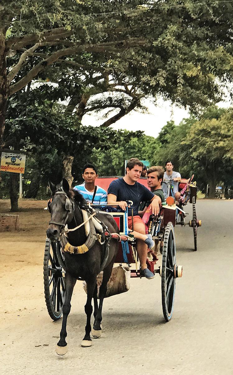 乘坐馬車遊覽蒲甘,悠然自得,別有一番風味。馬車伕會建議從那裡登上佛塔能遠眺到最美的蒲甘。