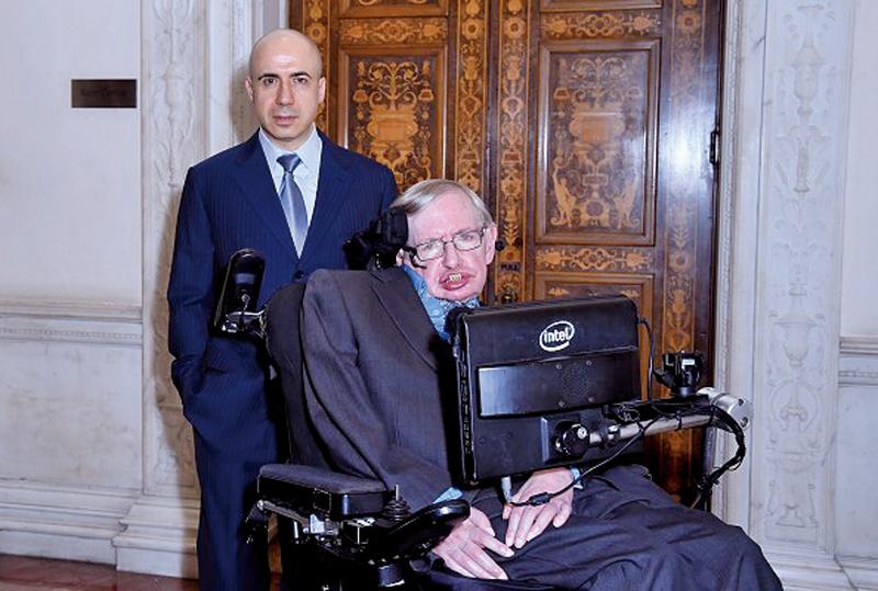 著名物理學家史蒂芬‧霍金(右)和俄羅斯億萬富豪尤里‧米爾納(左)正聯手打造價值1億美元的計劃,尋找外星人。(Getty Images)