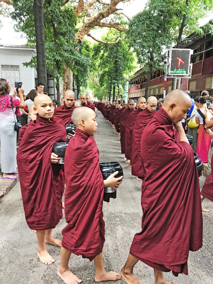 來到食堂外,剛好趕上僧人們排隊進入,不少遊客在道路兩旁拍照。見習僧人們,看起來從八、九歲到二、三十歲,手拿砵,魚貫而行。