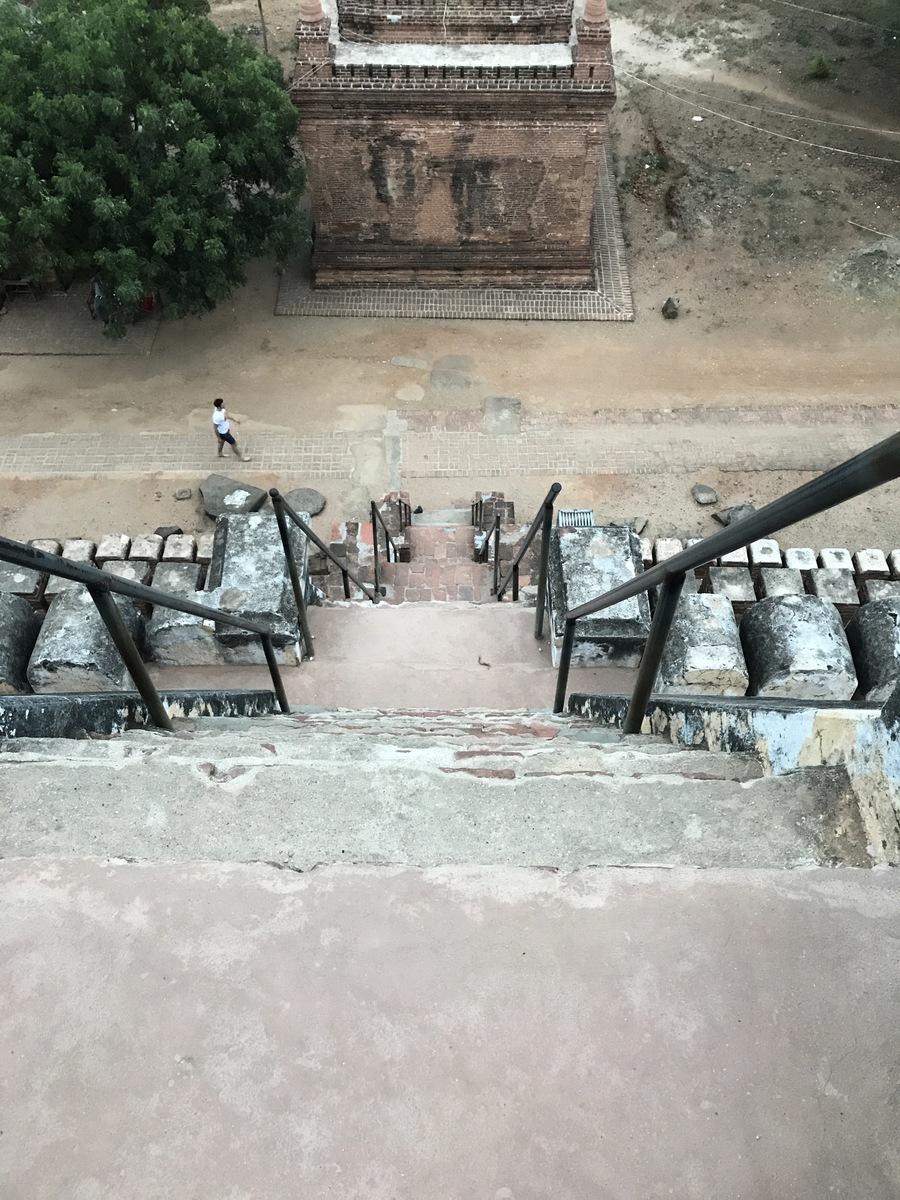 佛塔外幾乎垂直於地面的石階。