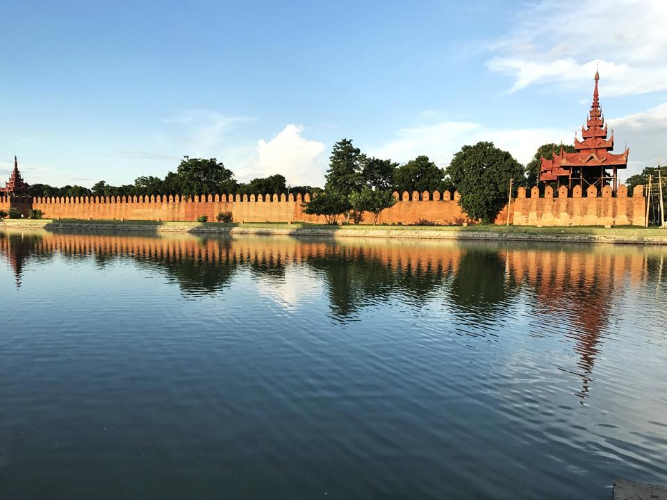 曼德勒宮外牆被護城河包圍著。每隔一段距離便有一座類似紫禁城「角樓」的建築。
