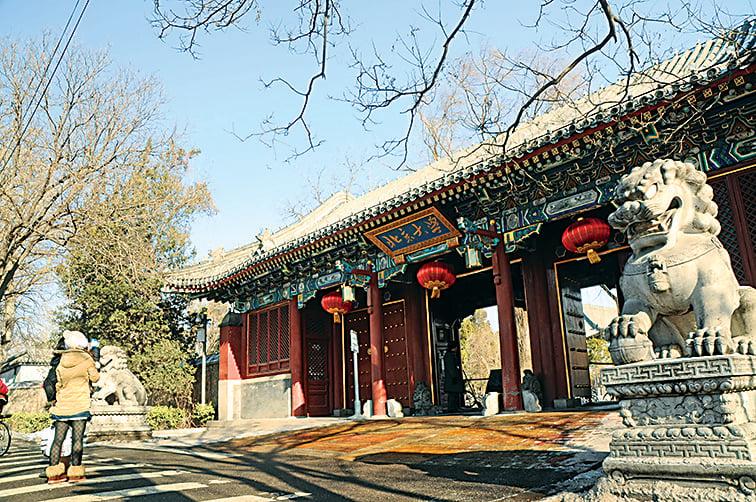 江澤民過去發起的「211」、「985」教育工程,被指存在入選高校身份固化、競爭缺失、重複交叉、高校資源不均等問題。圖為北京大學。(大紀元資料室)