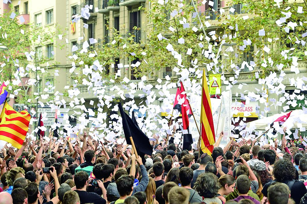 10月3日,約30萬加泰羅尼亞人示威,抗議警察在公投中使用暴力。 (Getty Images)