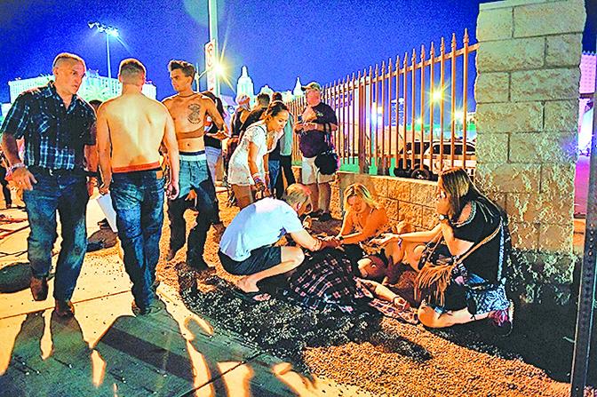 拉斯維加斯 10 月 1 日晚發生大規模 槍擊案,至少 58 人死亡,500 多人受 傷。圖為案發現場。(Getty Images)