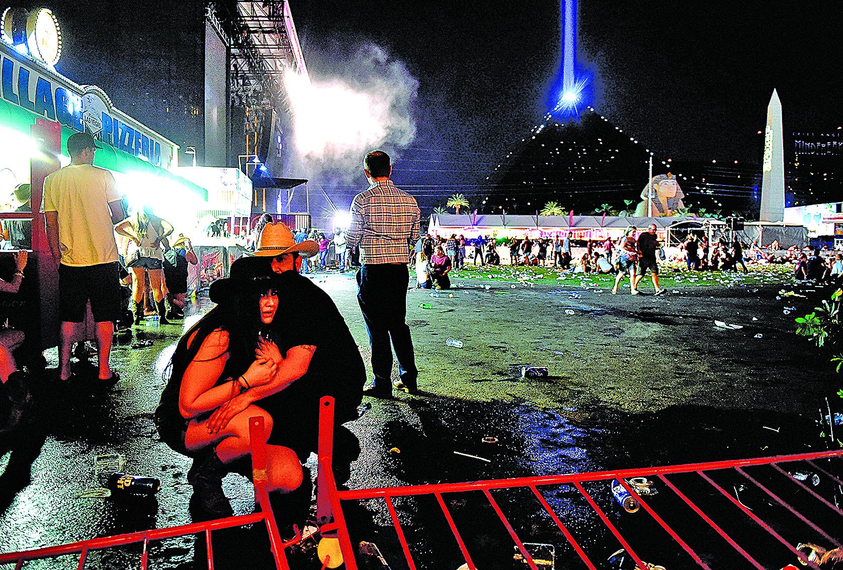 10月1日晚,美國拉斯維加斯發生國內近代史上最致命槍擊血案,危難之中,有人為自己的親人,甚至陌生人擋子彈,令人動容。(Getty Images)