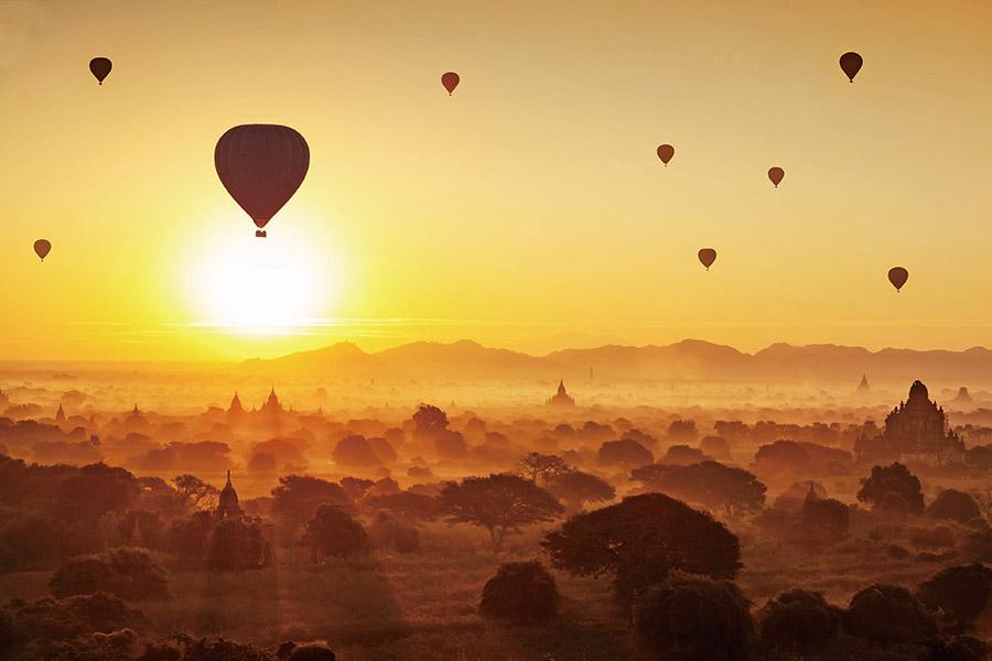 乘搭熱氣球,欣賞晨霧繚繞中的蒲甘,如同置身另外的世界。