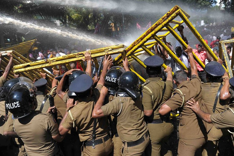 2017年1月,大批斯里蘭卡民眾抗議政府打算將漢班托塔港交由中國企業營運,與警方發生暴力衝突。(ISHARA S. KODIKARA/AFP/Getty Images)