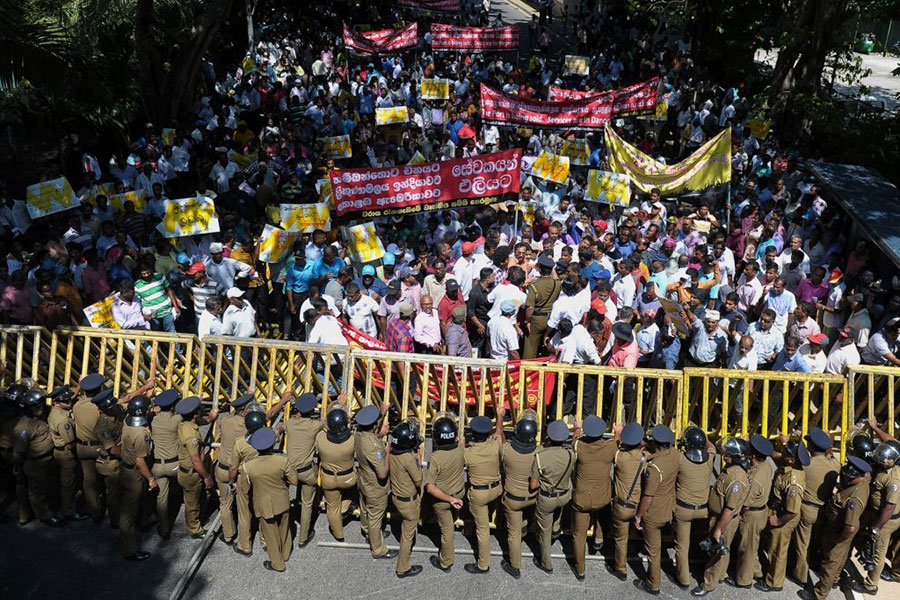 2017年1月,大批斯里蘭卡民眾抗議政府打算將漢班托塔港交由中國企業營運,與警方發生暴力衝突。(SHARA S. KODIKARA/AFP/Getty Images)