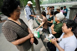 走進北京公園「相親角」老人舉牌為子女徵婚