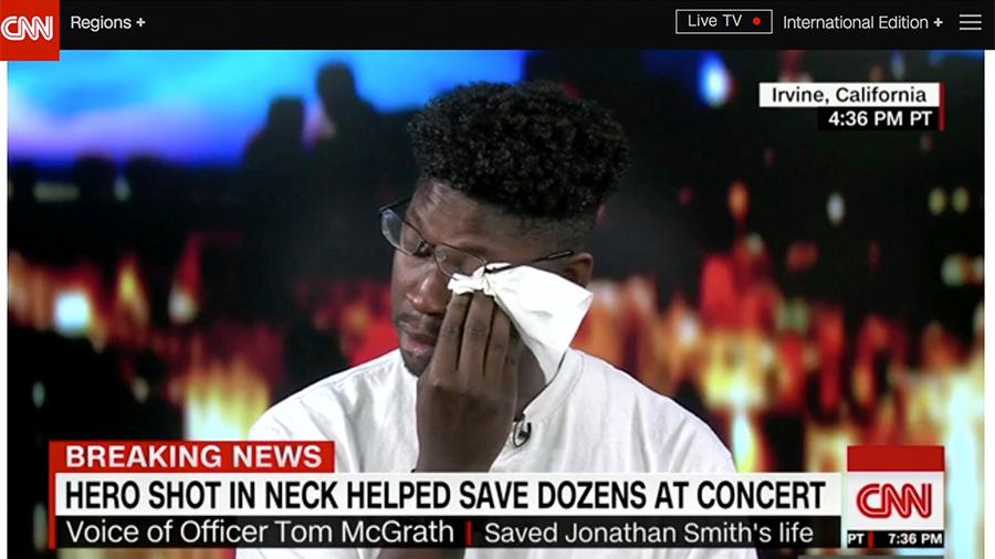 喬納森・史密斯(Jonathan Smith)1日晚間在美國賭城參加音樂會,聽到槍響後忘了逃命,伸出援手至少救了30人,直到自己身中二槍倒地。(CNN視像擷圖)