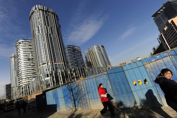 中國主要的35個城市現在的平均房價是十年前的2.75倍,也就是說十年前10萬人民幣的房子現在變成27.5萬。圖為北京某處大樓工地現場。(PETER PARKS/AFP/Getty Images)