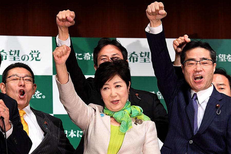 小池百合子6月公佈競選政綱,提出激發民間活力的「百合經濟學」,表明日本消費稅將凍漲。圖為9月27日小池百合子宣佈成立希望之黨。(TOSHIFUMI KITAMURA/AFP/Getty Images)