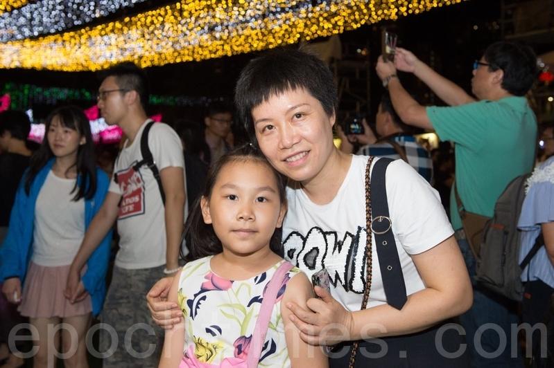 海南的許女士表示感覺香港中秋節慶祝特別隆重。(郭威利/大紀元