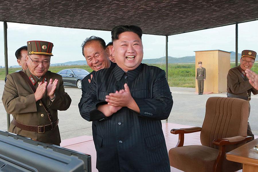 金正恩發展核武的兩名重要部屬,近期都缺席重要公開場合,沒有人知道他們的去向,行蹤成謎。值此時刻,不免讓人猜測,北韓是否真的在準備另一次的導彈試射或者核試。圖為金正恩在9月16日視察北韓發射導彈的過程。(STR/AFP/Getty Images)