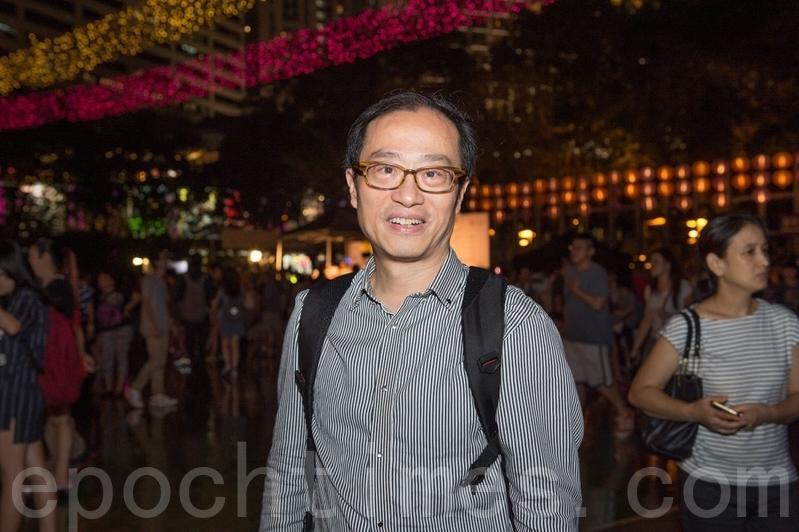 香港市民陳先生表示,落雨不會影響賞燈的氣氛。(郭威利/大紀元)