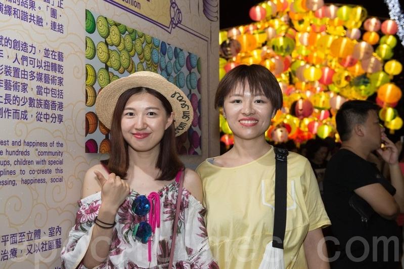 來自山西的遊客王小姐表示香港的過節氣氛很濃厚。(郭威利/大紀元)
