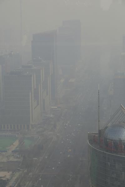 圖為去年年底,被陰霾籠罩的北京中央商業區。(大紀元資料室)
