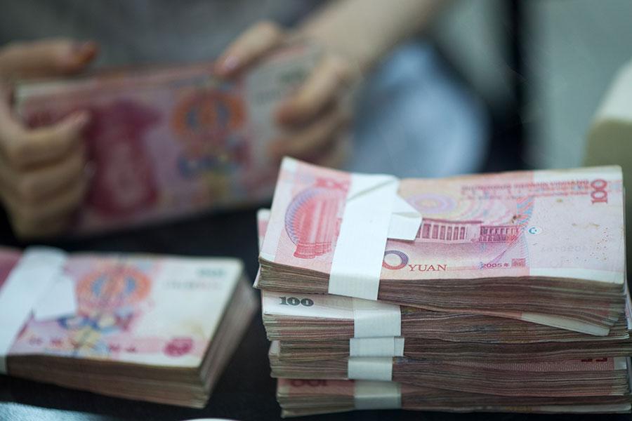 據胡潤研究院統計,2016年中共兩會代表中有107人進入胡潤全球富豪榜,他們的家族財富總值超過3,500億美元,人均33億美元。(JOHANNES EISELE/AFP/Getty Images)