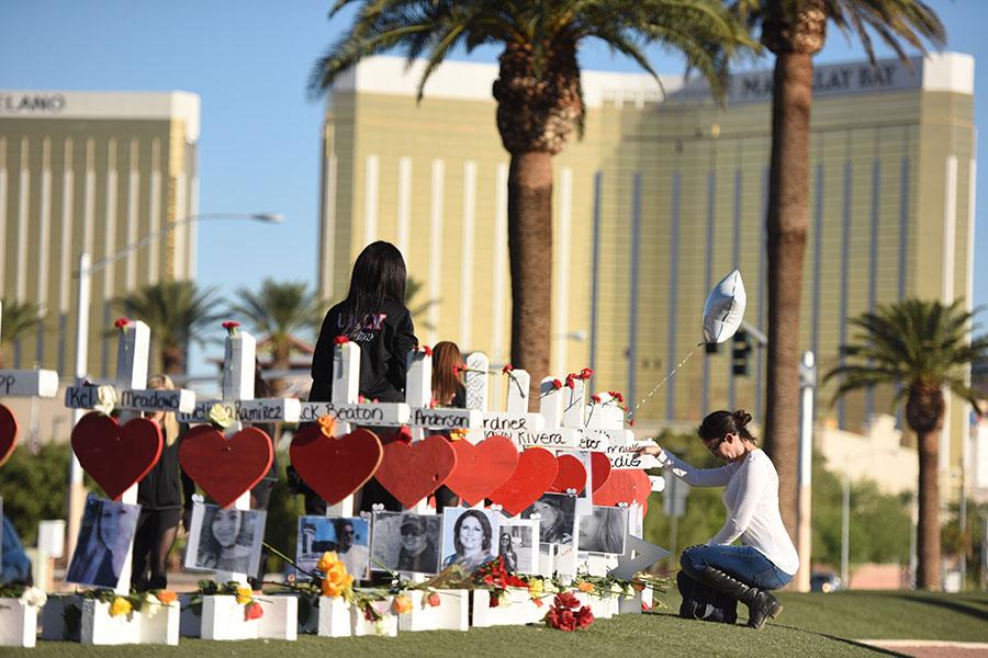 槍擊案發生地附近豎起58個十字架,祭奠遇難者。(Robyn Beck/Getty Images)