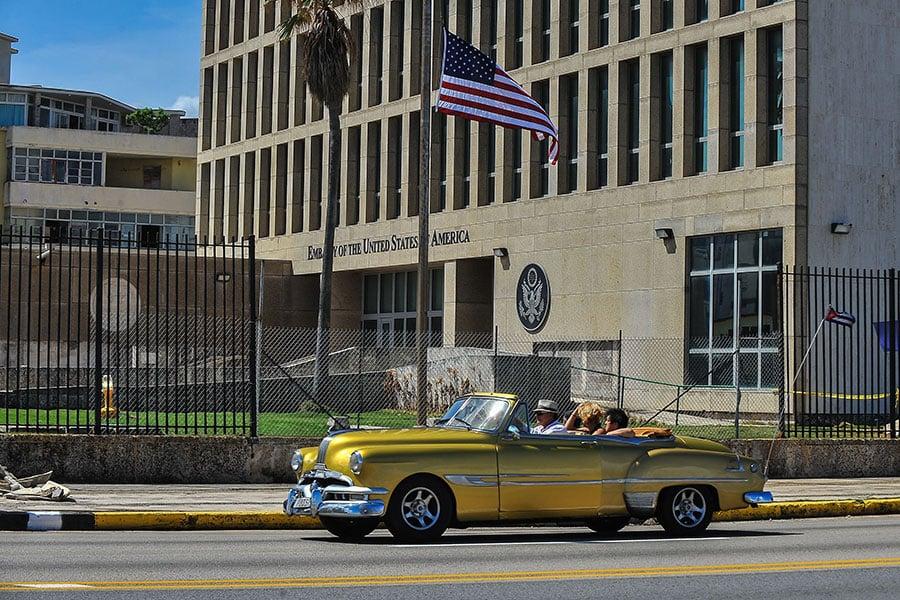 美國和加拿大駐古巴外交人員最近均先後出現聽力受損等症狀,有的外交官甚至需要戴助聽器。圖為美國駐古巴大使館。(YAMIL LAGE/AFP/Getty Images)