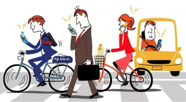 如今隨著智能手機的普及,低頭玩手機成為一種社會病。走路、開車、過馬路,低頭看手機者隨處可見,殊不知危險就在手指尖。(大紀元資料室)