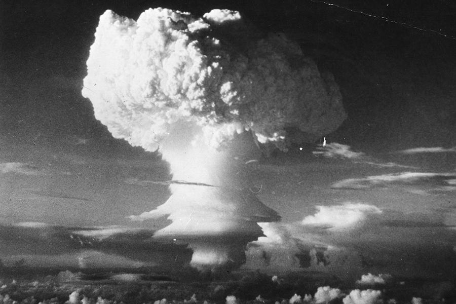 據《毛澤東選集/內部》揭秘,1955年,毛澤東在一次中共高層內部會議上強調要打核戰爭,並要在中國打。圖為氫氣彈爆炸製造出來的蘑菇雲。(Three Lions/Getty Images)