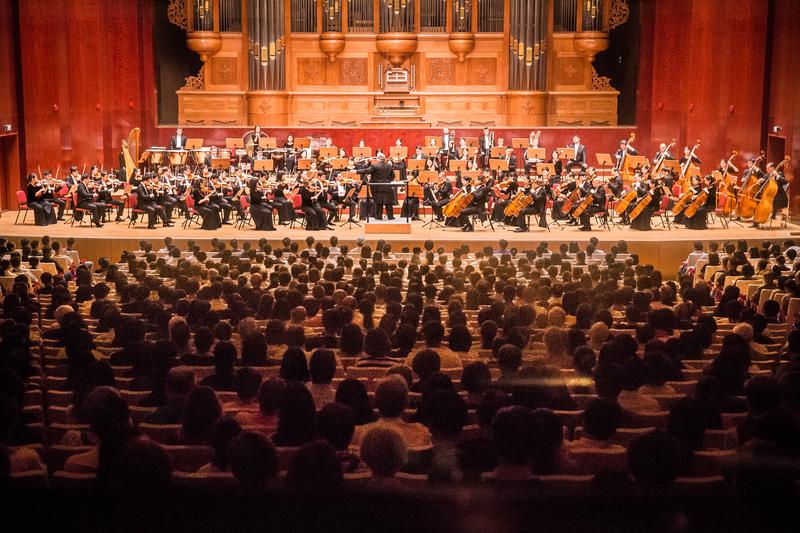 神韻交響樂團二度造訪亞洲,9月17日至10月3日在韓國、台灣12個城市演出17場,台灣有近2萬名觀眾現場觀賞,總售票率接近百分百,神韻音樂會特有的「安可現象」從第一場延燒到最後一場。圖為年9月22日晚,神韻交響樂團於國家音樂廳演出。(陳柏州/大紀元)