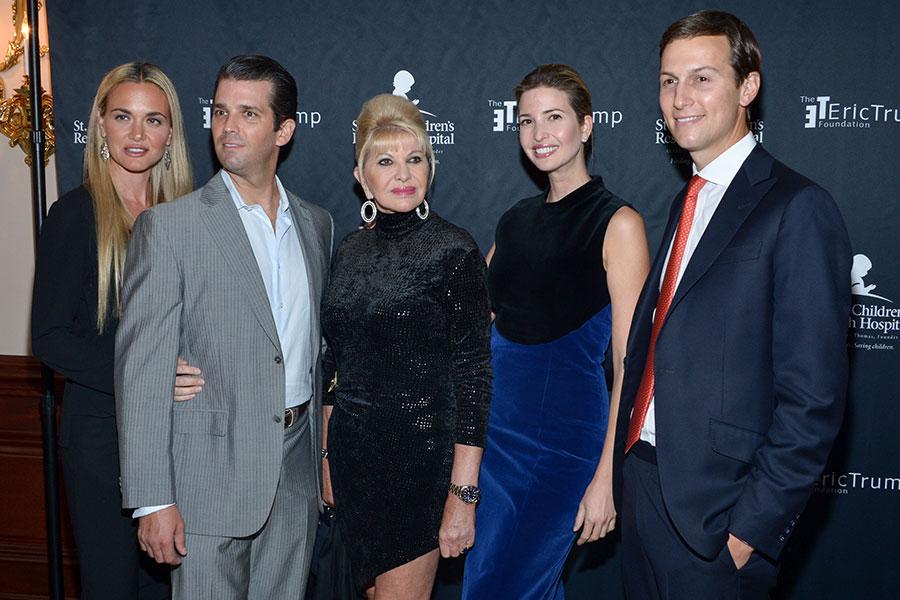 2015年9月21日,伊萬娜・特朗普(中)及女兒伊萬卡(右二)和長子小唐納德(左二)等家人參加艾瑞克・特朗普年度高球賽義賣邀請會活動。(Grant Lamos IV/Getty Images)