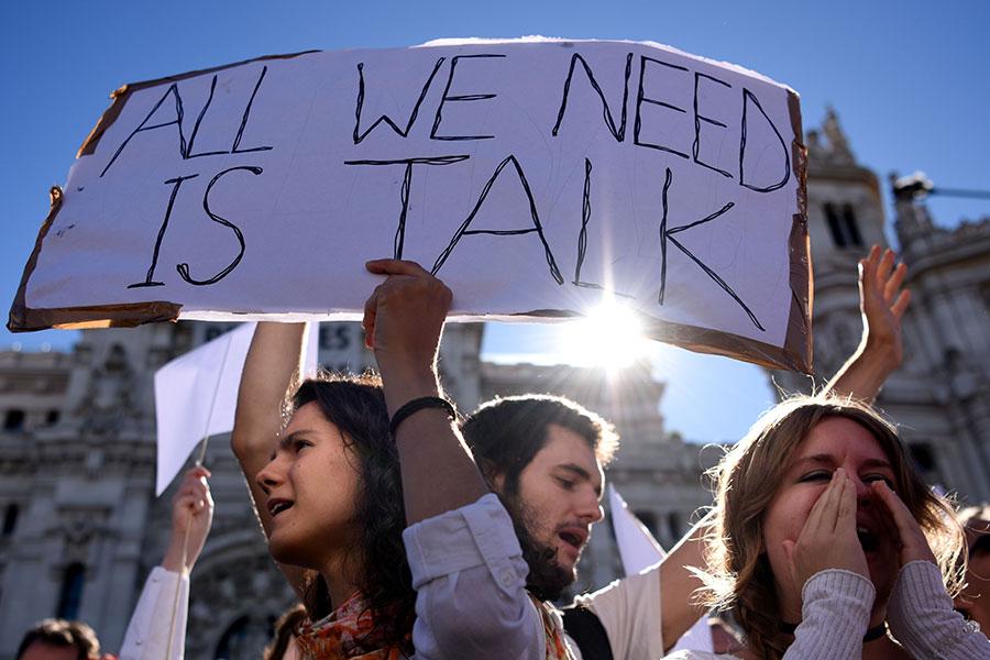 巴塞隆拿10月7日數以千計的穿白衣人士聚集在巴塞隆拿市政廳外喊口號「要對話」。(GABRIEL BOUYS/AFP/Getty Images)