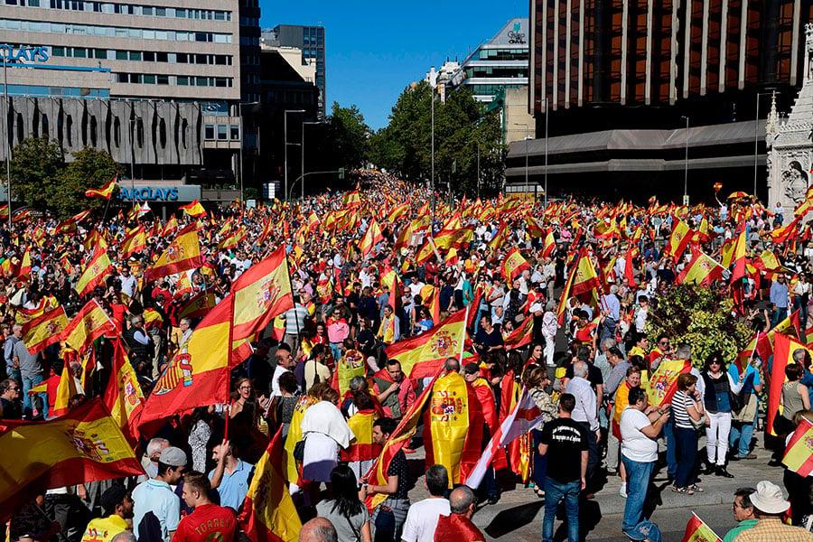 10月7日,馬德里示威者舉西班牙國旗,以抗議加泰羅尼亞獨立,喊口號「要統一」。(JAVIER SORIANO/AFP/Getty Images)