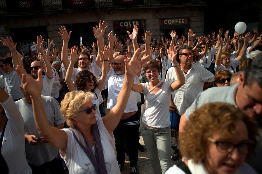 巴塞隆拿10月7日數以千計的穿白衣人士聚集在巴塞隆拿市政廳外喊口號「要對話」。(JORGE GUERRERO/AFP/Getty Images)