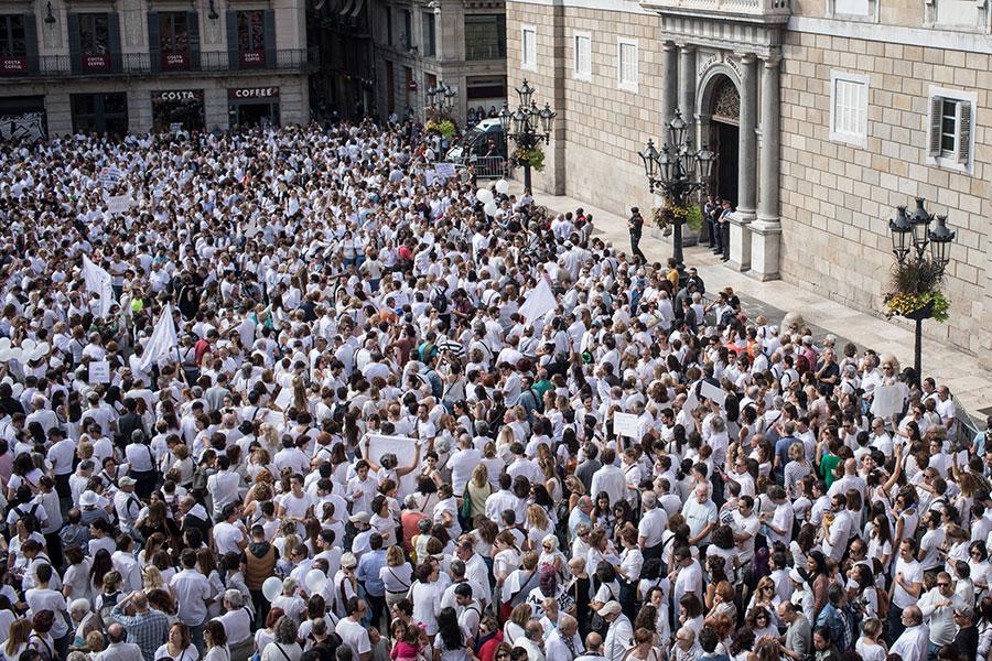 巴塞隆拿10月7日數以千計的穿白衣人士聚集在巴塞隆拿市政廳外喊口號「要對話」。(Chris McGrath/Getty Images)