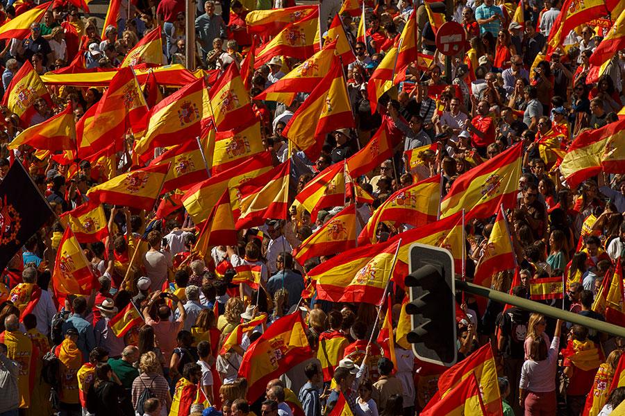 10月7日,馬德里示威者舉西班牙國旗,以抗議加泰羅尼亞獨立,喊口號「要統一」。(Pablo Blazquez Dominguez/Getty Images)