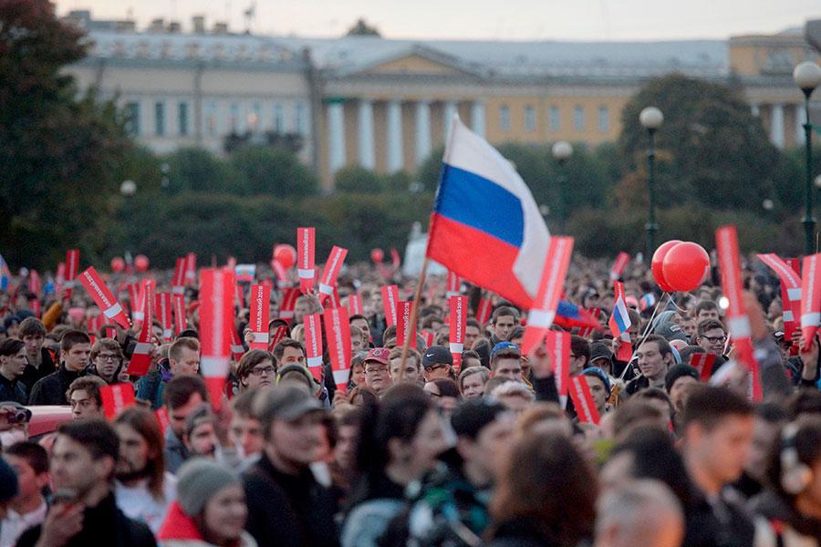 圖為10月7日,俄羅斯聖彼得堡民眾上街示威,抗議反對派領袖納瓦尼(Alexei Navalny)被捕並不准他明年角逐總統,以及普京計劃繼續執政等不民主問題。(OLGA MALTSEVA/AFP/Getty Images)
