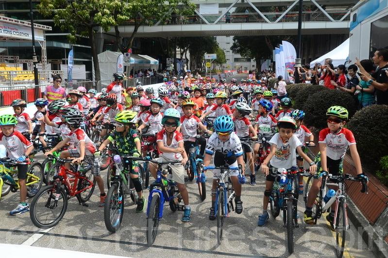 今年「兒童及青少年單車樂」及「家庭單車樂」,吸引近百個家庭及約260名兒童和青少年參與。(宋碧龍/大紀元)