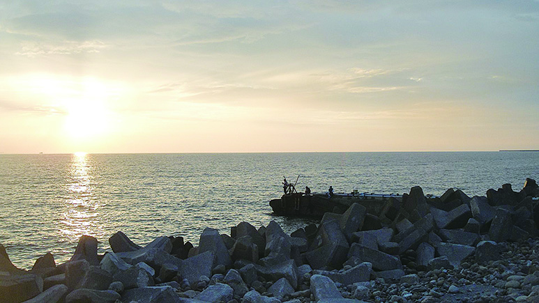 金黃色的光線投射在彌陀海岸線,金色的霞光將海面渲染得金光閃爍、絢爛奪目。(楊秋蓮/大紀元)