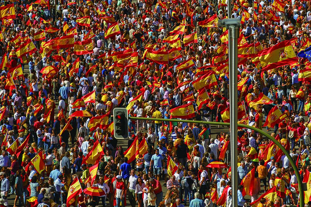 10月7日,馬德里示威者舉西班牙國旗,以抗議加泰羅尼亞獨立,喊口號「要統一」。(Getty Images)