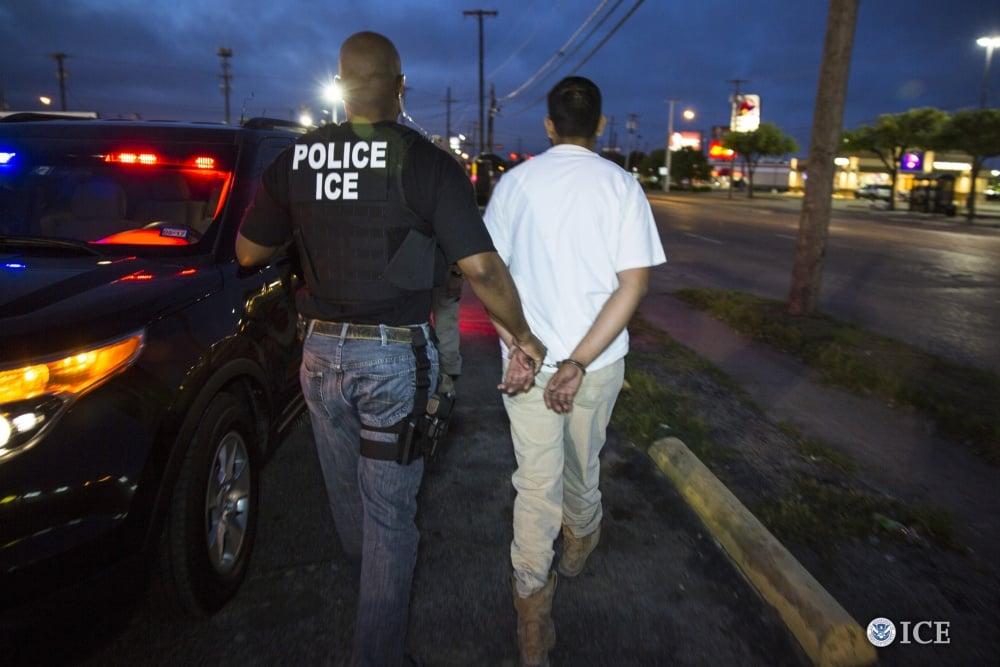 美國移民海關總署(U.S. Immigration and Customs Enforcement,簡稱ICE)官員對外表示,儘管加州簽署了新的《庇護法案》,但聯邦執法部門仍將會在加州逮捕非法移民。(ICE)