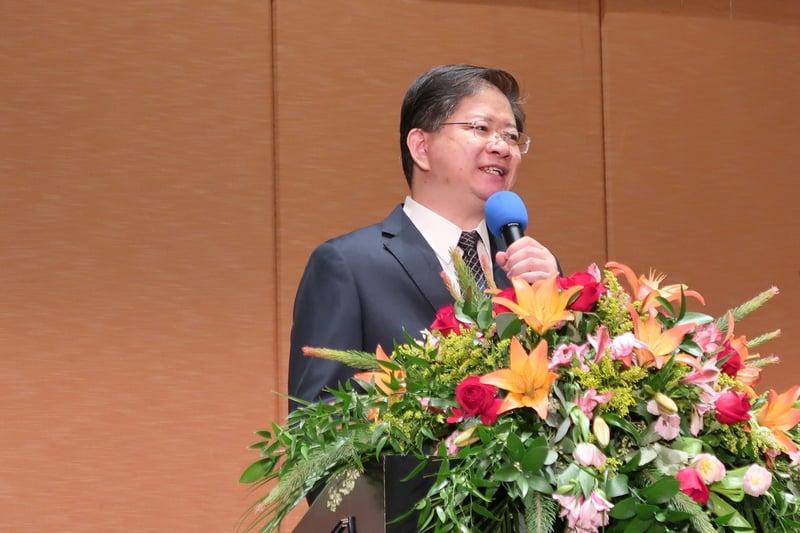 新唐人、大紀元17周年慶晚宴,總裁唐忠發言致謝。(徐綉惠/大紀元)