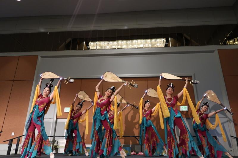 宇清工作室演繹「敦煌仙女舞」表現中國傳統之美。(徐綉惠/大紀元)