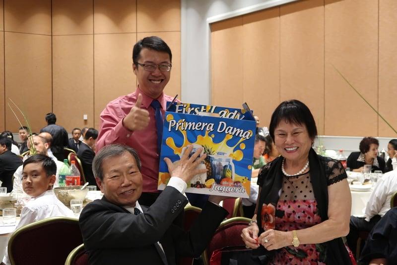 參與新唐人、大紀元17周年慶晚宴,獲贈抽獎三獎嘉賓。(徐綉惠/大紀元)